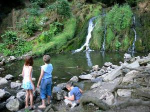 Blangy lake - Children in front of the Blangy cascade; in the town of Hirson