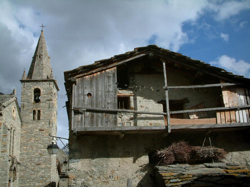Bonneval-sur-Arc - Maison ancienne en pierre avec son balcon de bois ...