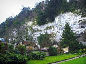 La Bouille - Cliff, trees, lawns and shrubs