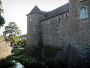 Boulogne-sur-Mer - Moat and comtal castle (museum-castle) with round towers