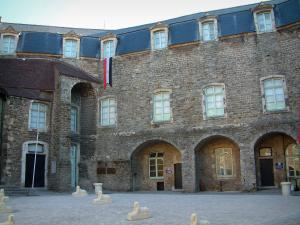 Boulogne-sur-Mer - Inner courtyard of the comtal castle (museum-castle) with sculptures