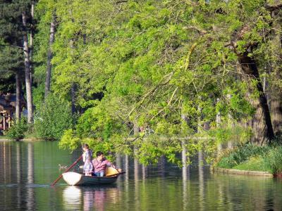 The oise france regional nature park tourism holiday guide for Bois de boulogne piscine