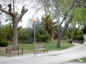 Le Boulou - Spa town: spa park with benches