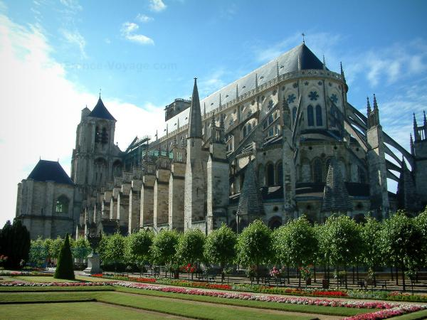 Bourges - Archbishop's palace garden and the Saint-Etienne cathedral (Gothic architecture)