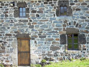 Bourlatier farm - Facade of the stone barn of the Bourlatier memorial farm