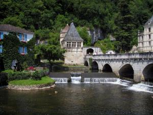 Brantôme - Coudé bridge spanning the River Dronne, pavilion of the Renaissance period, Saint-Roch tower and convent building of the abbey (on the right), in Green Périgord