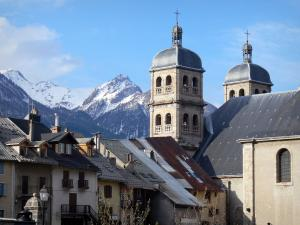 Briançon - Upper town (Vauban citadel, fortified town built by Vauban): towers of the Notre-Dame collegiate church and houses of the old town, view of the mountains with snowy tops (snow)