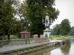 Briare aqueduct - Entrance to the aqueduct, lampposts, towpath and trees