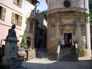 La Brigue - Annonciation chapel, fountain and houses of the medieval village