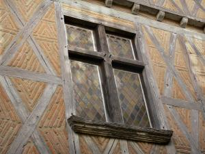 Bruniquel - Mullioned window of a timbered house