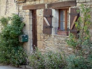 Bruniquel - Entrance to a stone house with plants and flowers