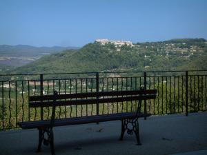La Cadière-d'Azur - Bench and rail with view of the village of Castellet