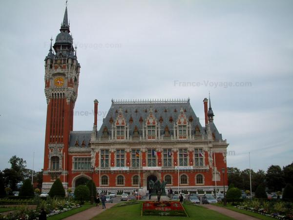 Calais - Garden, town hall (brick and stone-built building) and its belfry