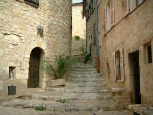 Callian - Stairway lined with stone houses