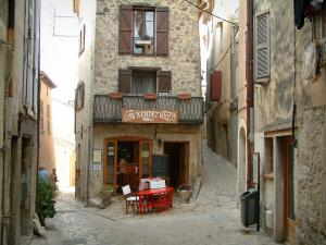Callian - Narrow paved streets, restaurant terrace and houses of the village