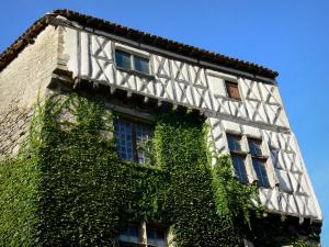 Camon - Tall house with its half-timbered facade covered with ivy