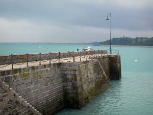 Cancale - Dike and sea