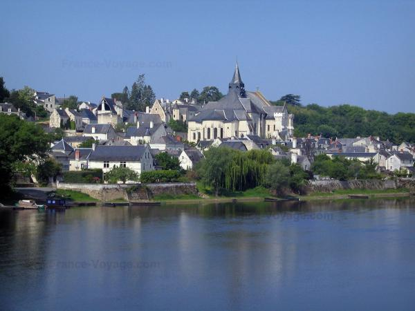 Candes-Saint-Martin - Collegiate church (fortified church) and houses of the village, bank, trees and the River Vienne