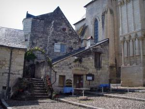Candes-Saint-Martin - Collegiate church (fortified church) and houses of the village