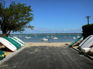 Le Cap-Ferret - Line of small boats, view of the beach and the Arcachon bay