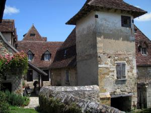 Carennac - Tower and houses of the village, in the Quercy