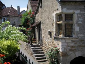 Carennac - Houses, shrubs and rosebushes