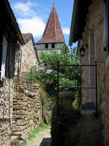Carennac - Bell tower of the Saint Pierre church and houses of the village, in the Quercy
