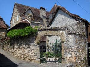 Carennac - Houses and gate of a garden