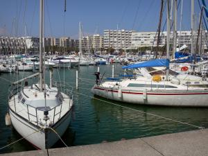 Carnon-Plage - Boats and sailboats of the sailing port, buildings of the seaside resort