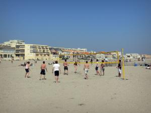 Carnon-Plage - Beach-volleyball players, sandy beach, houses and buildings of the seaside resort