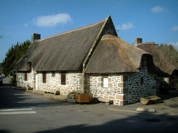casas con tejado de paja casa de piedra con techo de paja de kerascot