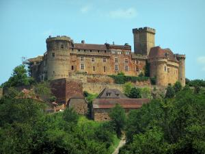 Castelnau-Bretenoux castle - Fortified castle, houses and trees, in the Quercy