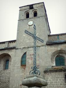 Castelnau-Pégayrols - Bell tower of the Saint-Michel church and cross