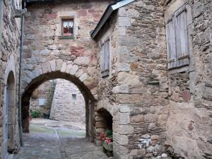 Castelnau-Pégayrols - Porch and stone houses of the medieval village