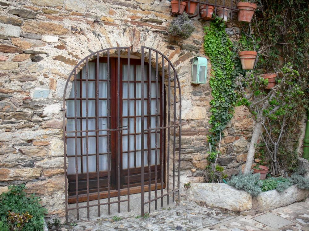 Interesting castelnou facciata di una casa in pietra with for Piani casa costruiti per una vista