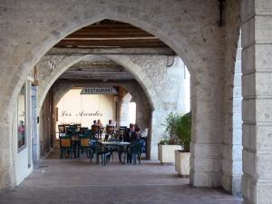 Castillonnès - Bastide town: under the arches of the Place des Cornières square