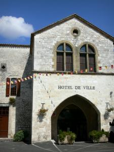 Castillonnès - Bastide town: facade of the Town Hall