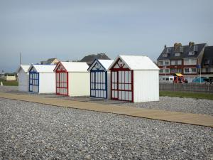 Cayeux-sur-Mer - Beach huts, board road, pebbles and houses of the seaside resort
