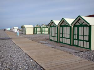 Cayeux-sur-Mer - Seaside resort: beach huts, board road and pebbles