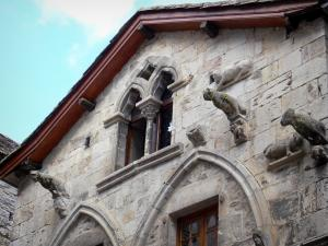 Caylus - Front of the Maison des Loups (Wolves house) with its gargoyles shaped as wolves