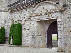 Cazeneuve castle - Gateway to the courtyard of the castle