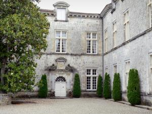Cazeneuve castle - Courtyard and facade of the castle
