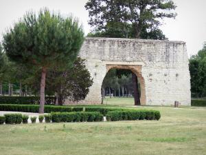 Cazeneuve castle - Old twon gate shaped as a triumphal arch and park