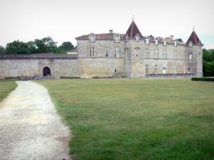 Cazeneuve castle - Path lined with lawn leading to the entrance of the castle