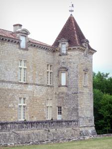 Cazeneuve castle - Tower and facade of the castle