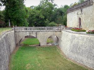 Cazeneuve castle - Bridge with two arches spanning the moat and castle walls