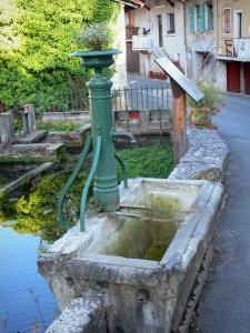 Cerdon - Fountain and facades of houses in the village