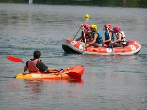Cergy-Pontoise sports and recreation park - Canoeing and rafting (water sports) on one of the lake of the domain