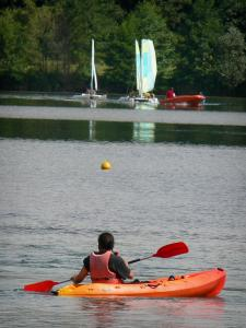 Cergy-Pontoise sports and recreation park - Canoeing and catamaran sailing (boating) on one of the lake of the domaine