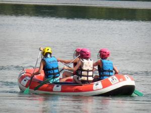 Cergy-Pontoise sports and recreation park - Rafting (water activity) on one of the lake of the domaine